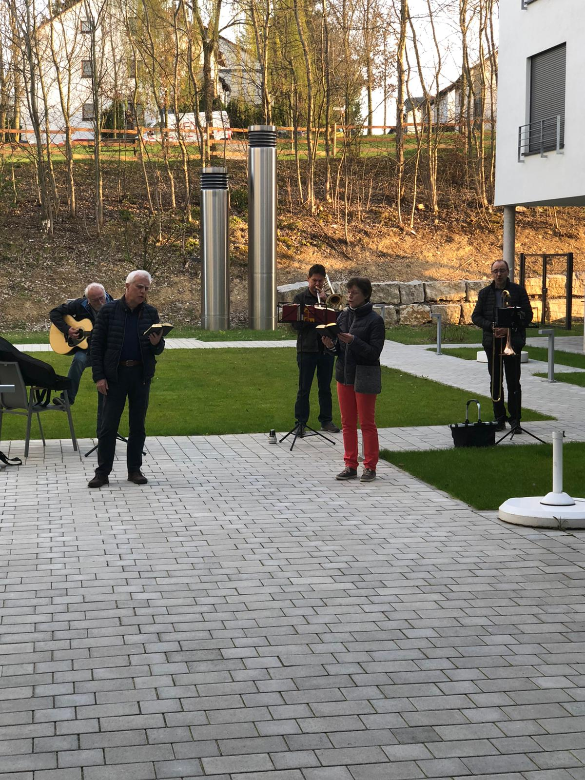 APH-2020-03-28-Gottesdienst-im-Freien-Evangelisches-Altenpflegeheim-Bretten-001