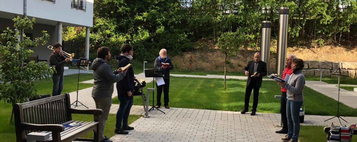 """Innenhof-Gebet im Seniorenzentrum """"Im Brückle"""" in Bretten"""