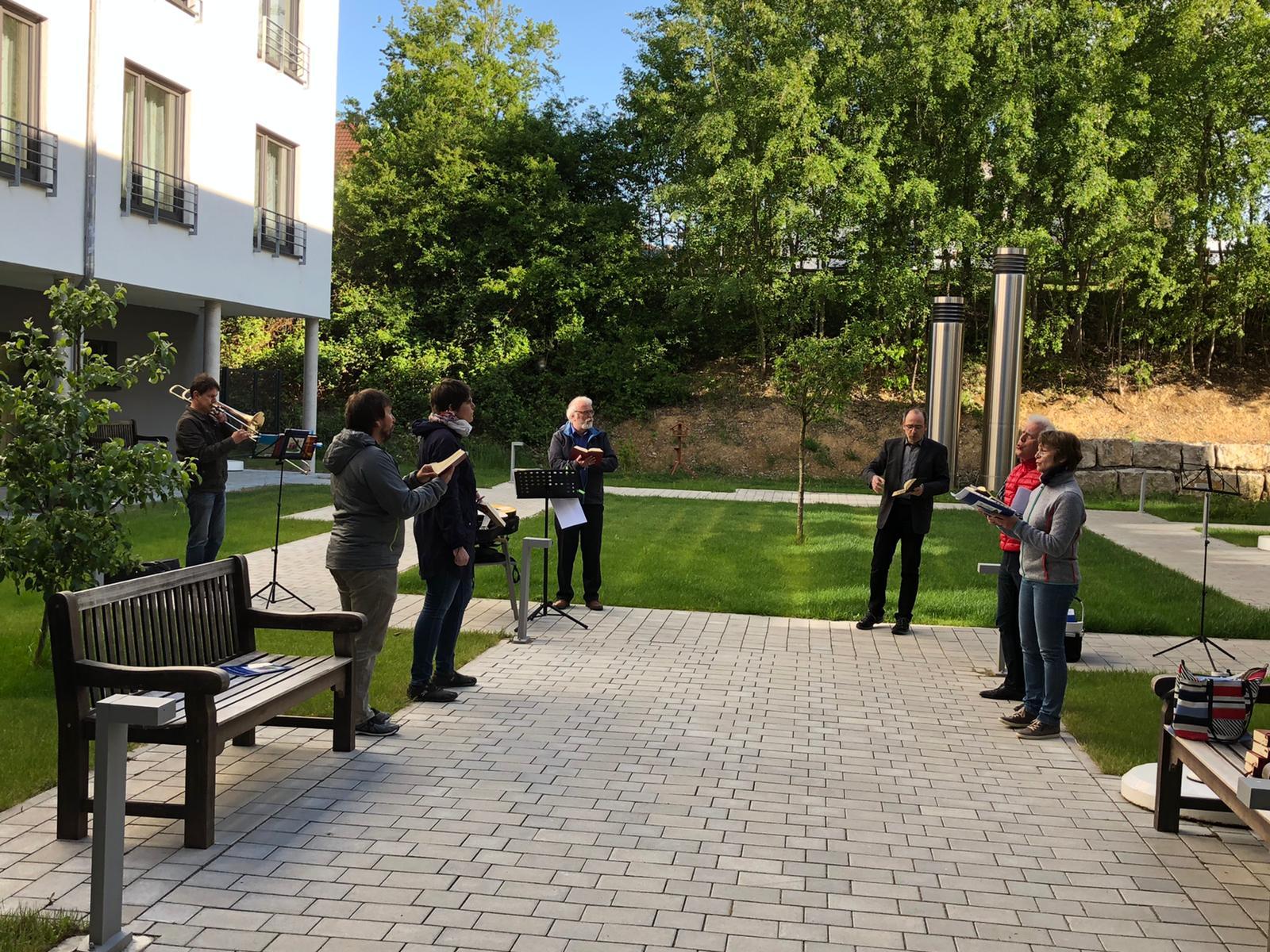 Innenhof-Gebet im Seniorenzentrum