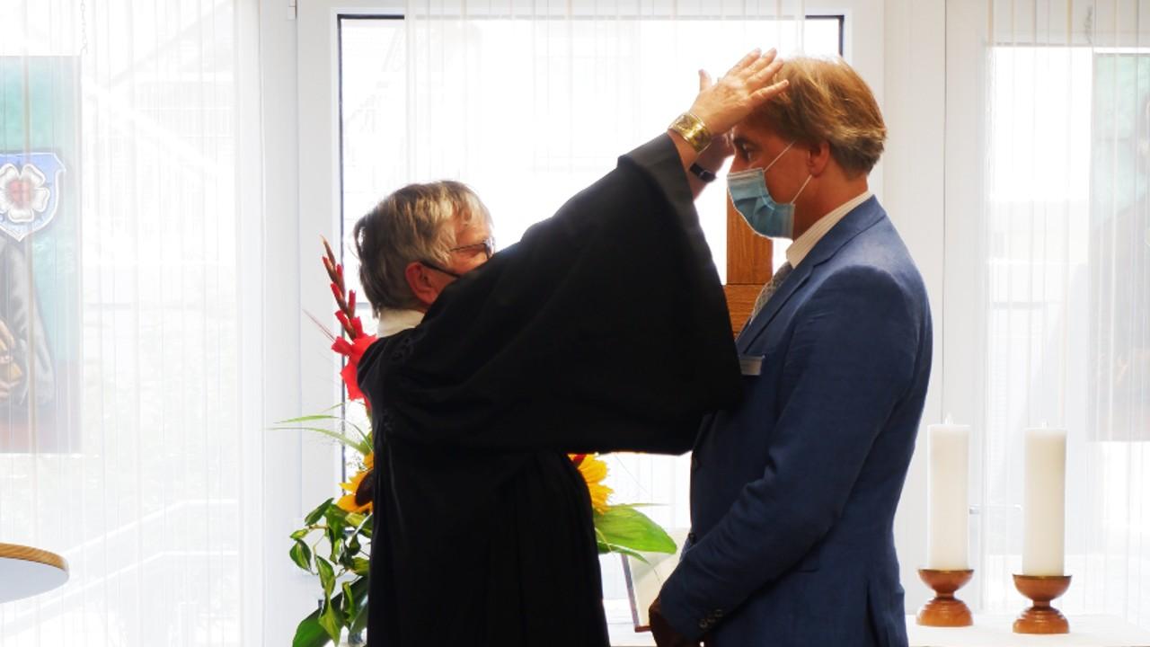 Segnung von Manfred Grich durch Stiftspfarrerin Ulrike Oehler
